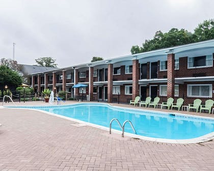 Outdoor pool   Quality Inn & Suites Williamsburg Central
