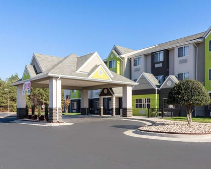 Relax on the hotel patio | Quality Inn & Suites Ashland near Kings Dominion