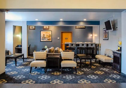 Lobby with sitting area | Comfort Inn Kent - Seattle
