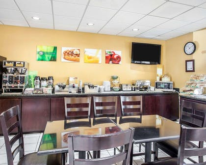 Breakfast area | Quality Inn Grand Suites Bellingham