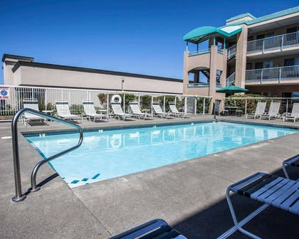 Outdoor pool with sundeck | Quality Inn Grand Suites Bellingham