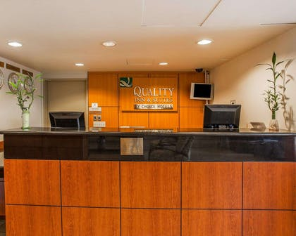 Front desk | Quality Inn and Suites Everett