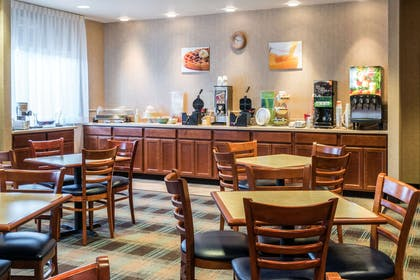 Breakfast area | Quality Inn & Suites at Olympic National Park