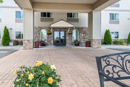 Hotel entrance | Quality Inn & Suites at Olympic National Park