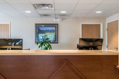 Hotel front desk | Quality Inn & Suites at Olympic National Park