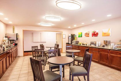 Enjoy breakfast in this seating area   Quality Inn And Suites Vancouver