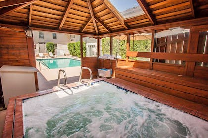 Relax in the hot tub   Quality Inn And Suites Vancouver