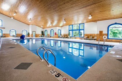 Indoor pool with hot tub | Comfort Suites Wisconsin Dells Area