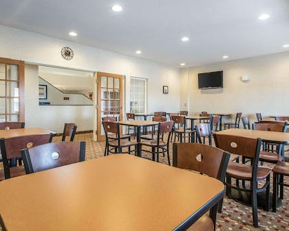 Enjoy breakfast in this seating area | Sleep Inn & Suites Green Bay South