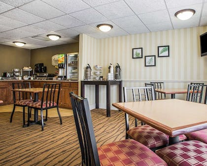 Enjoy breakfast in this seating area | Sleep Inn And Suites
