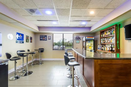 Cocktail lounge   Quality Suites Milwaukee Airport