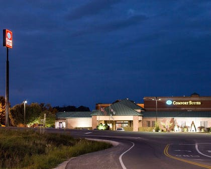 Night view of hotel | Comfort Suites Parkersburg South