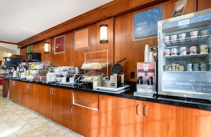 Breafast bar | Comfort Suites Pratt