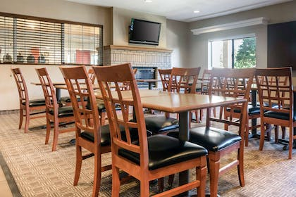 Enjoy breakfast in this seating area | Comfort Suites