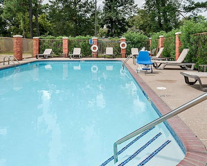 Outdoor pool with sundeck | Quality Suites
