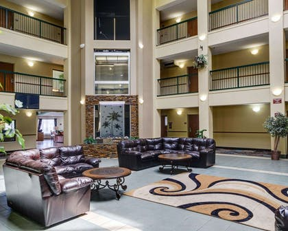 Hotel courtyard | Quality Suites Baton Rouge East - Denham Springs