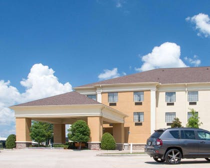 Side view of hotel | Comfort Suites Shreveport