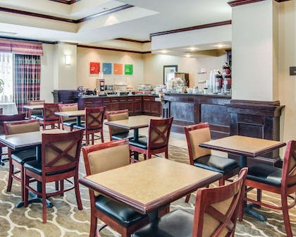 Enjoy breakfast in this seating area | Comfort Suites Shreveport