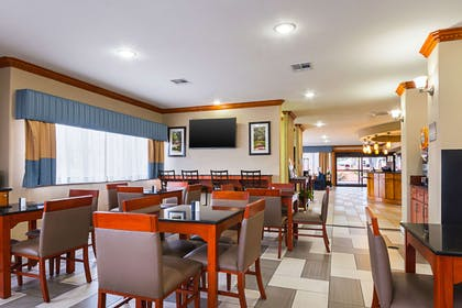 Enjoy breakfast in this seating area | Comfort Suites Lake Charles