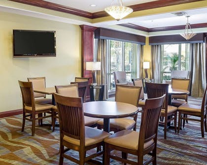 Enjoy breakfast in this seating area | Comfort Suites Harvey - New Orleans West