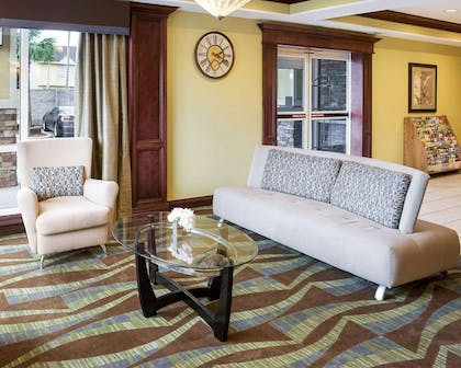 Lobby with sitting area | Comfort Suites Harvey - New Orleans West