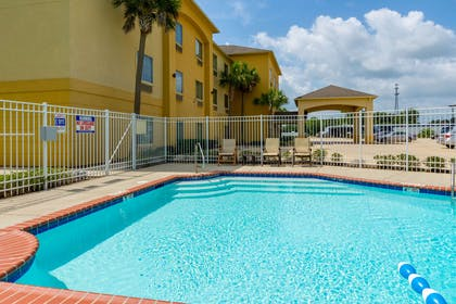 Hotel pool | Comfort Inn And Suites
