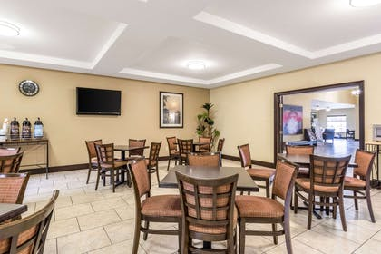 Enjoy breakfast in this seating area | Comfort Inn And Suites