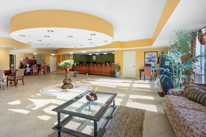 Spacious lobby with sitting area | Bluegreen Vacations Horizon at 77th an Ascend Resort