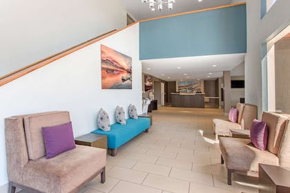 Lobby with sitting area | Cielo Hotel Bishop-Mammoth, an Ascend Hotel Collection Member