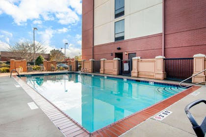 Outdoor pool | Comfort Suites Lithonia- Stonecrest -Near Mall