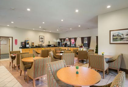 Enjoy breakfast in this seating area   Econo Lodge Inn & Suites Hardeeville I-95