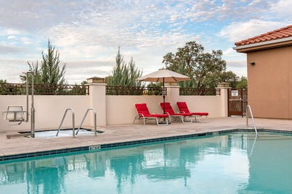 Seasonal outdoor pool | The Oaks Hotel & Suites, an Ascend Hotel Collection Member