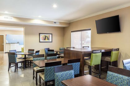 Enjoy breakfast in this seating area | Comfort Inn South Tulsa - Woodland Hills