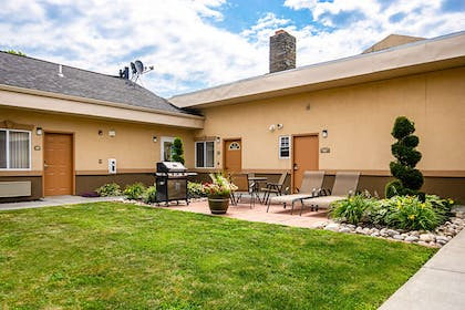 Courtyard area | Quality Inn & Suites Glenmont - Albany South