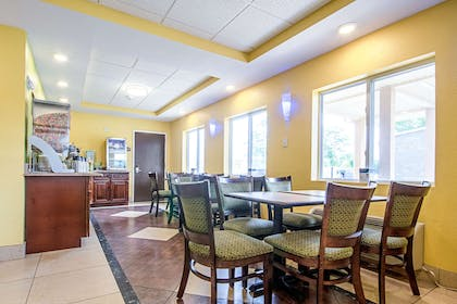 Spacious breakfast area | Quality Inn & Suites Glenmont - Albany South