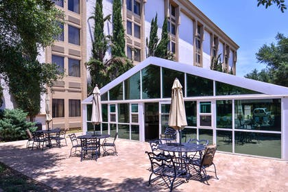 Outdoor Common Area | Red Lion Hotel San Angelo