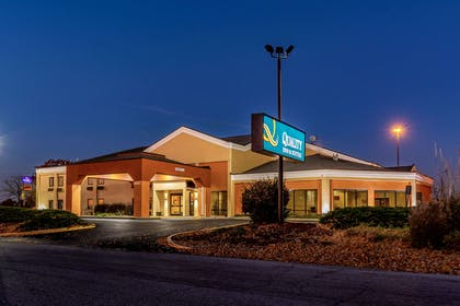 Hotel at night | Quality Inn & Suites Southport