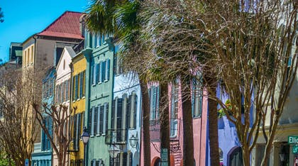 Rainbow row street in Charleston | Cambria Hotel Mount Pleasant – Charleston