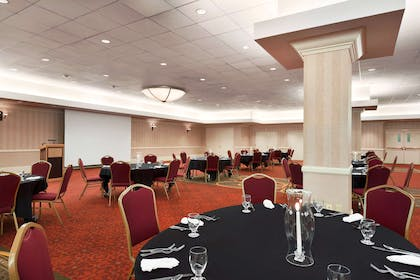 WIPAPER Meeting Room with Round Seating | Red Lion Hotel Paper Valley
