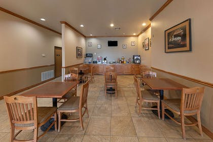 Breakfast area | Econo Lodge Inn & Suites Bridgeport