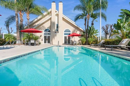 swimming pool | Chase Suite Hotel Brea