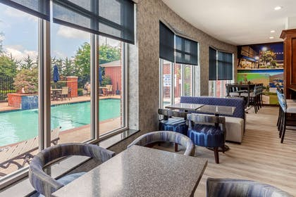 Enjoy breakfast in this seating area | Clarion Pointe Sulphur Springs