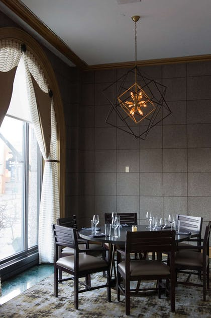 Explorers an American Gastropub Alcove | Royal Sonesta Harbor Court Baltimore