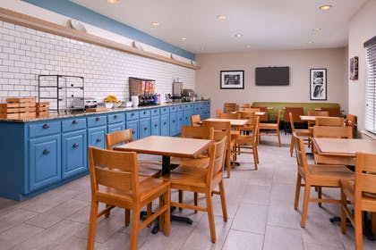 Breakfast Area   Country Inn & Suites by Radisson, Omaha Airport, IA
