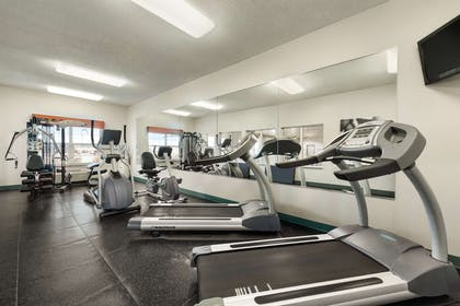 Fitness Center   Country Inn & Suites by Radisson, Kansas City at Village West, KS
