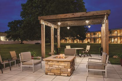 Outdoor Patio and Fire Pit   Country Inn & Suites by Radisson, Woodbury, MN