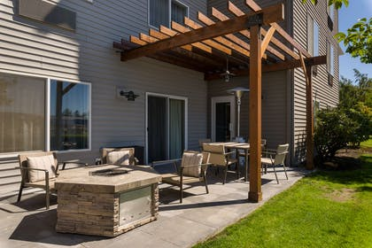 Patio | Country Inn & Suites by Radisson, Portland International Airport, OR