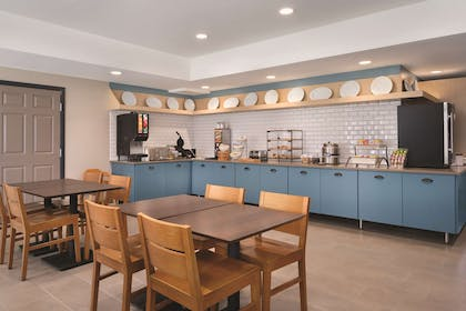 Breakfast Area   Country Inn & Suites by Radisson, Detroit Lakes, MN