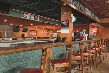 Restaurant Z103 Bar and Grill | Country Inn & Suites by Radisson, Fergus Falls, MN