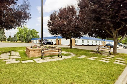 Courtyard | Americas Best Value Inn Grand Forks